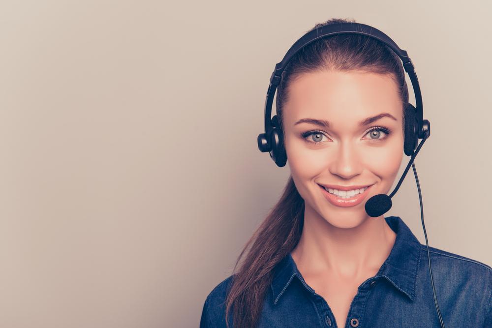 attraktive Frau mit Headset wartet auf Anrufe