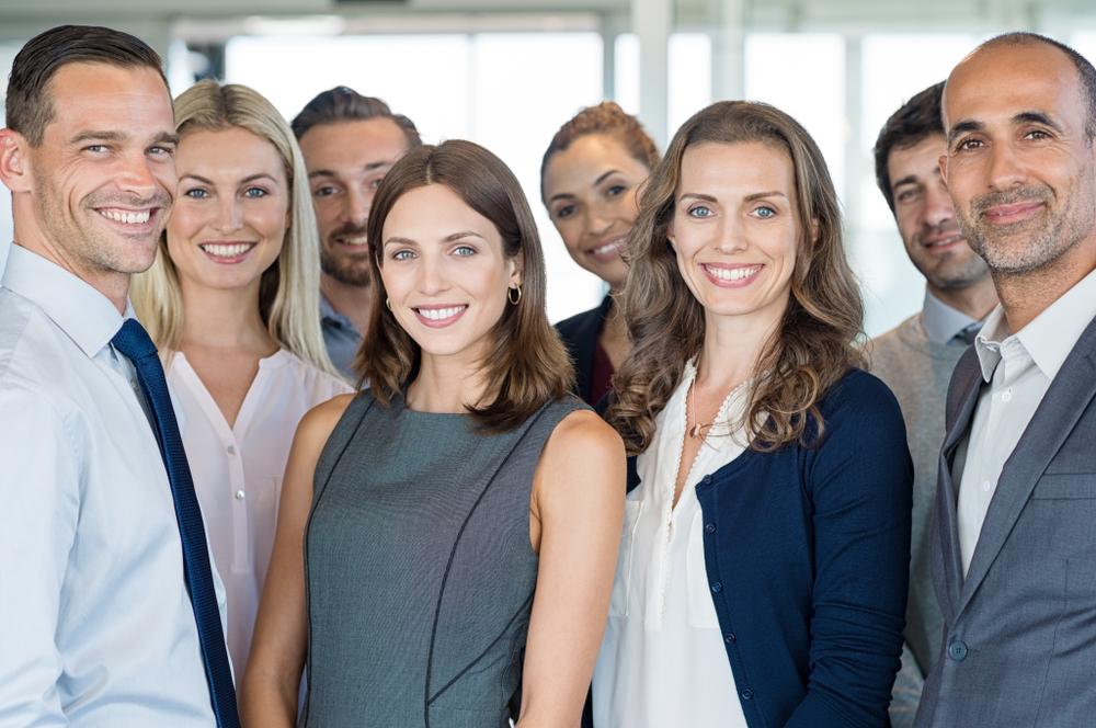 Eine Gruppe von Menschen die freundlich lächelt
