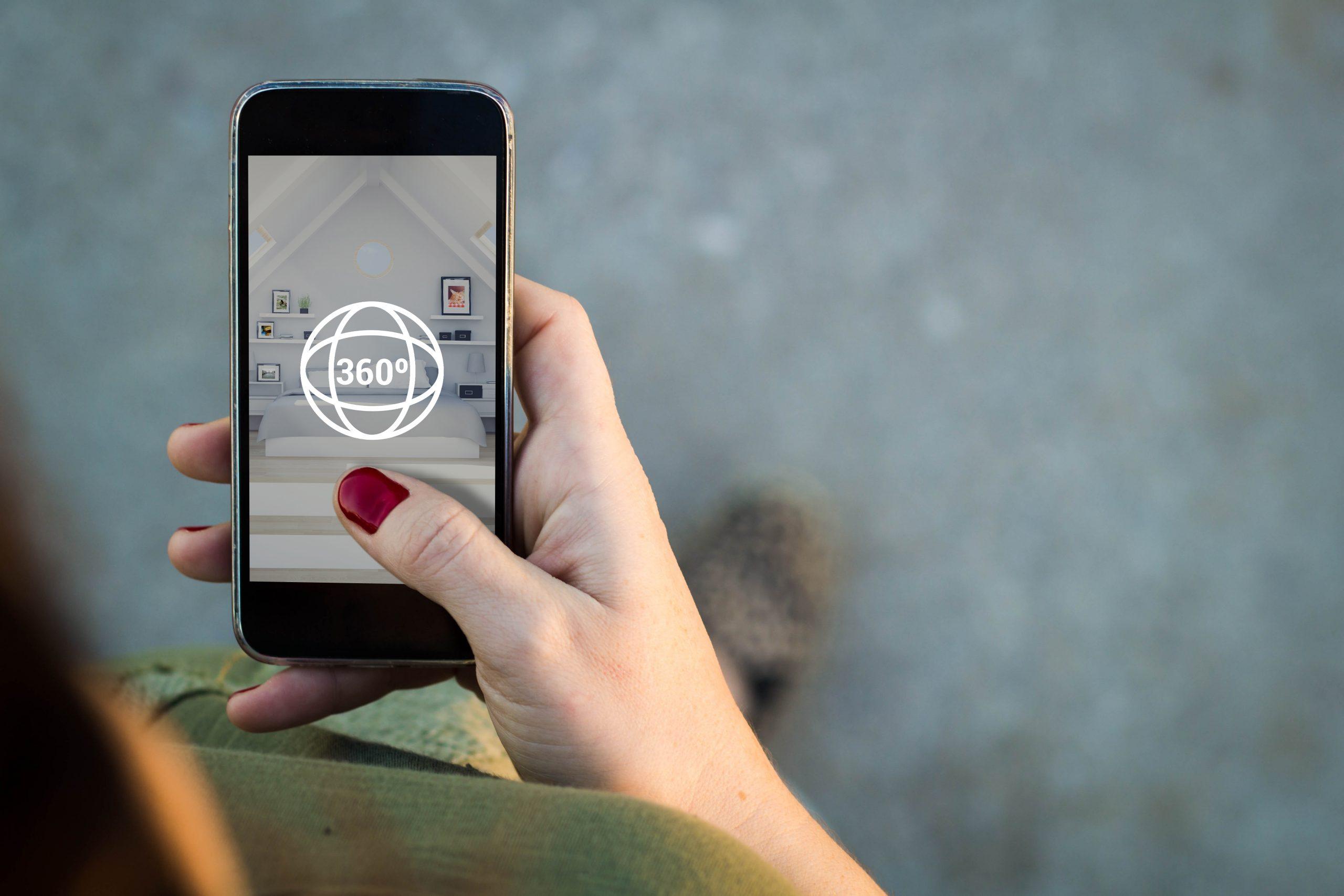 Smartphone zeigt eine 360 Grad Immobilienbesichtigung an